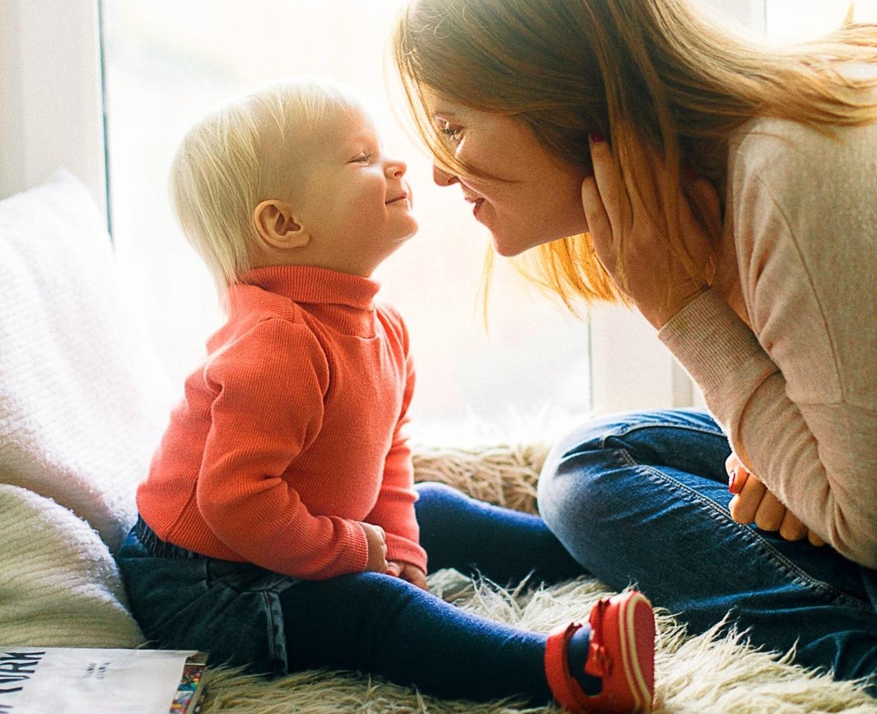 peuter geeft moeder kus