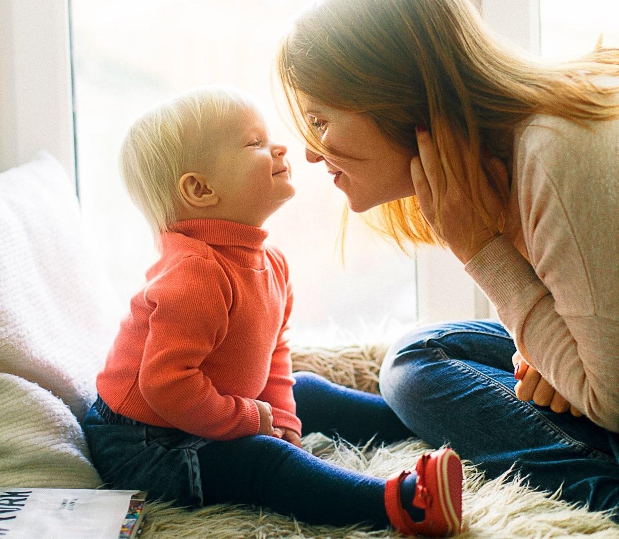 baby speelt met mama