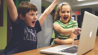 jongen en meisje spelen computerspel