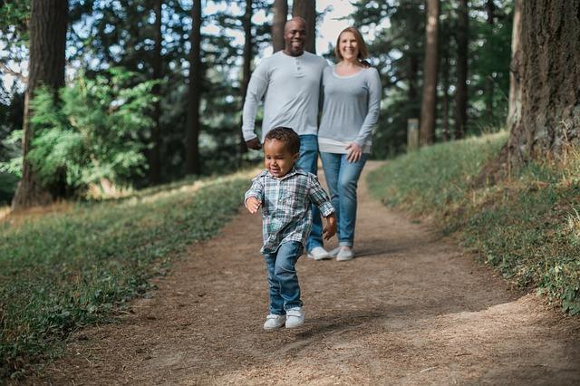 peuter met ouders in het bos
