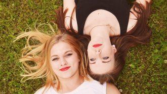 vriendinnen in het gras