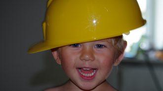 jongetje met bouwvakkershelm