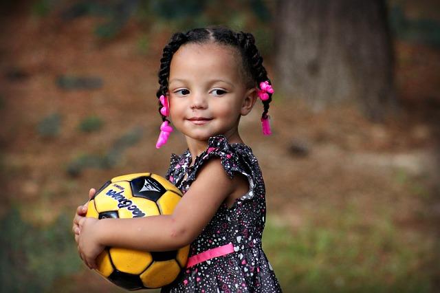 meisje met vlechtjes en bal