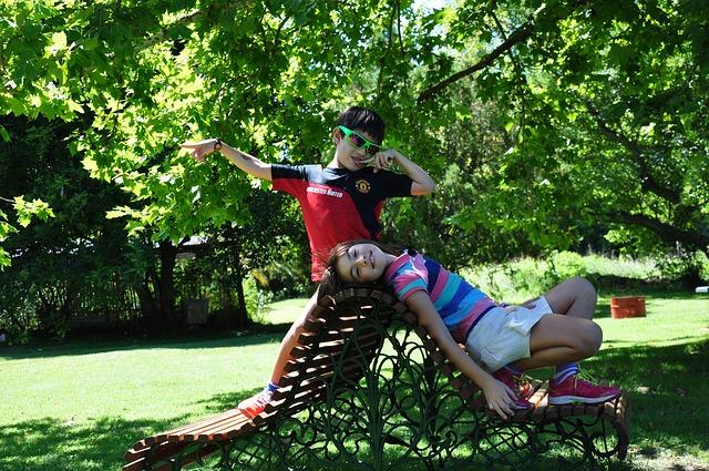 meisje en jongen op bankje in park