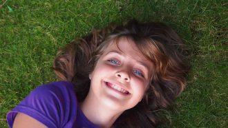 meisje lacht in het gras
