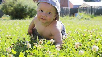 baby met pet in het gras
