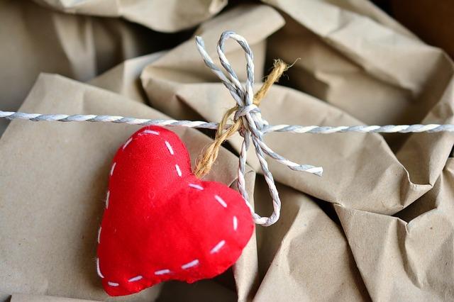 stoffen hartje aan papier