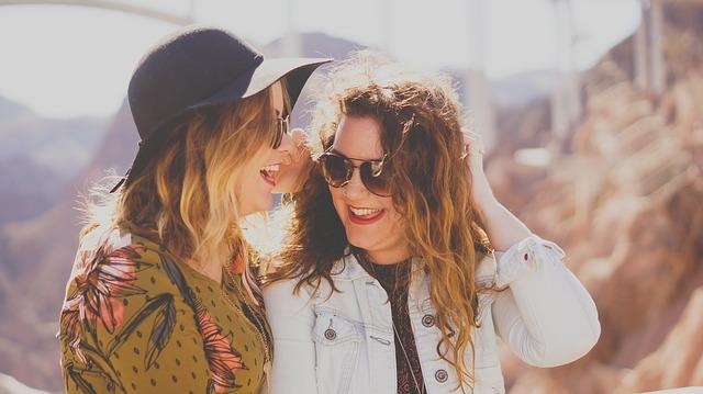 2 vrouwen met zonnebril