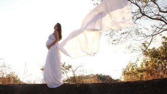 zwangere vrouw in witte jurk