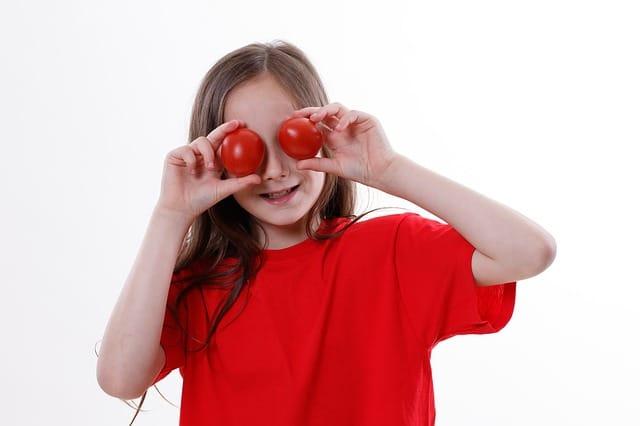 meisje met tomaten voor de ogen