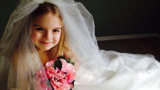 meisje in bruidsjurk met bruidsboeket