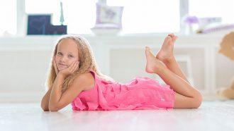 meisje roze jurk vloer