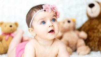 babymeisje met haarband