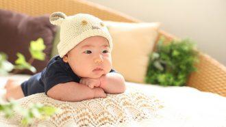 baby met hoofd op handen