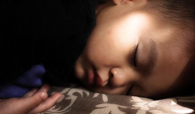 jongetje slaapt