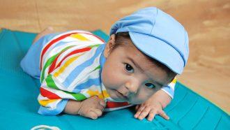 baby met blauw petje