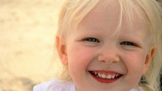 lachend meisje blond haar