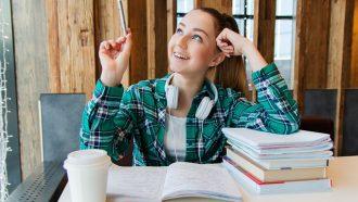 meisje met pen en schoolboeken