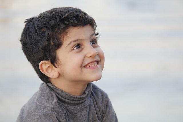 lachend jongetje met zwart haar
