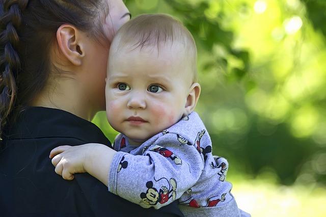moeder met baby op de arm