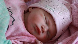pasgeboren babymeisje