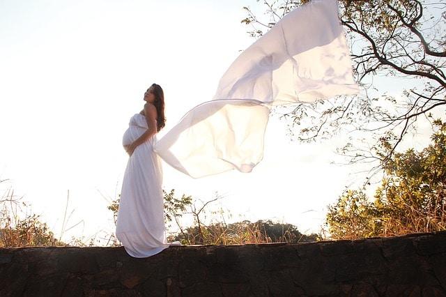 zwangere vrouw wapperende jurk