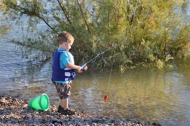 peuter aan het vissen