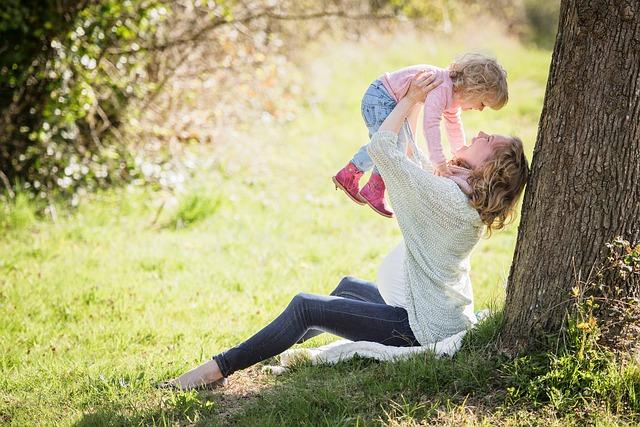 moeder met kind onder boom