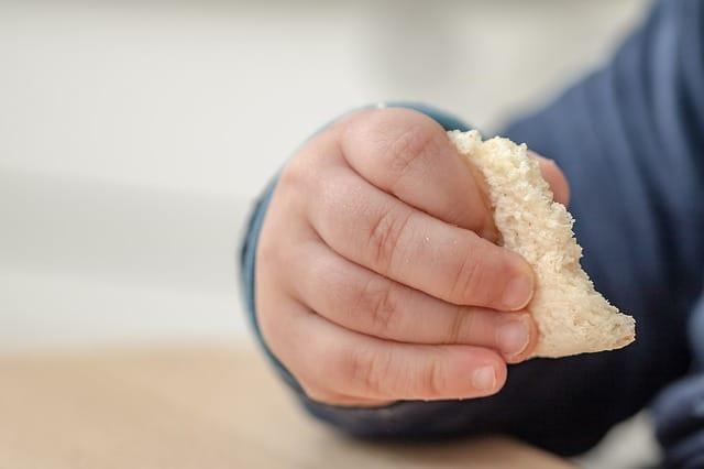 babyhand met brood