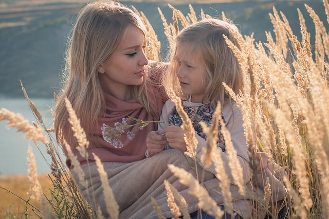 moeder en dochter buiten