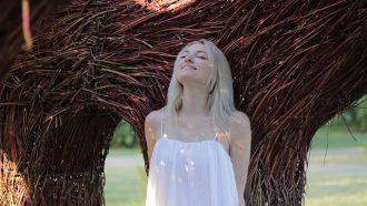 vrouw bij boom witte top