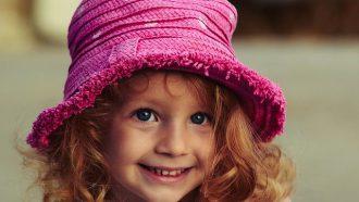 meisje met roze hoedje