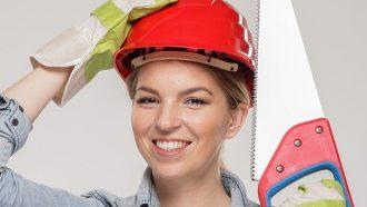 vrouw met helm en zaag