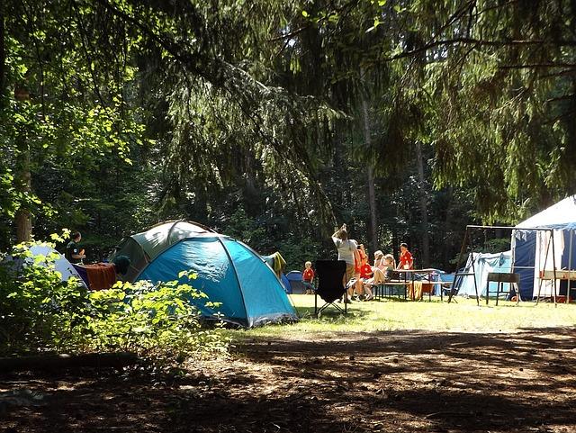 tenten op camping in bos