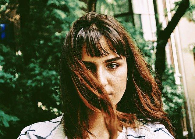 vrouw met bruin haar
