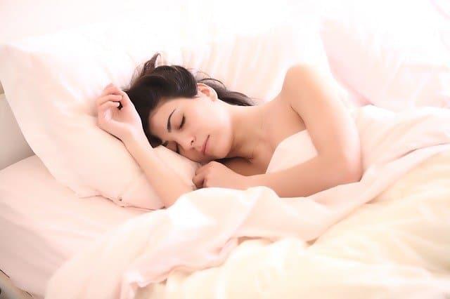 vrouw slaapt in bed