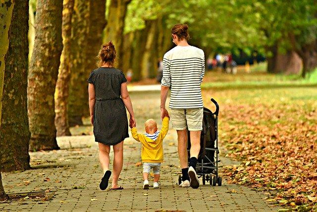 ouders met peuter wandelen