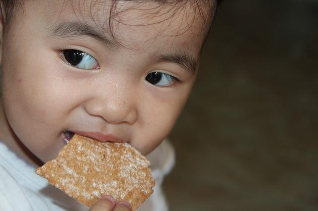 meisje eet koekje