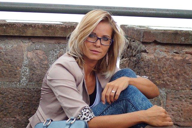 vrouw met bril blond haar