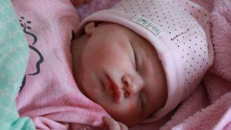 babymeisje roze muts