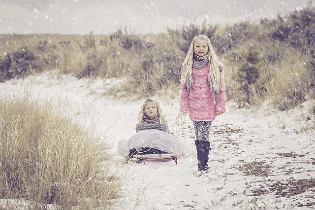zusjes in de sneeuw