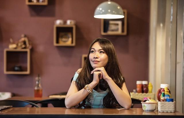 vrouw wacht in restaurant