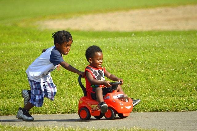 broertjes spelen buiten