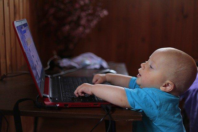 baby met laptop