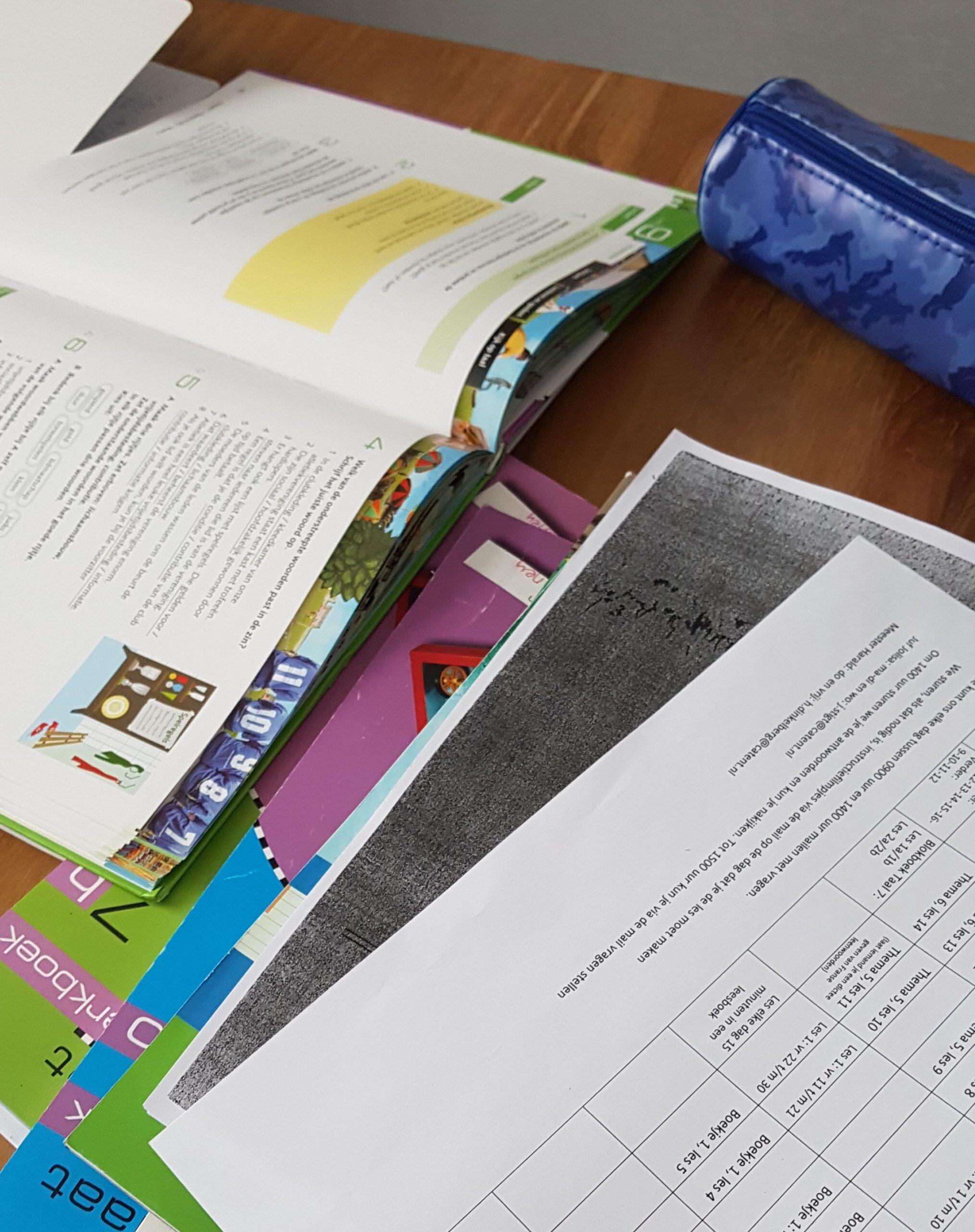 huiswerk op tafel