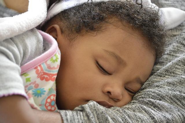 slapende baby met krullen