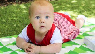 baby op mat in gras