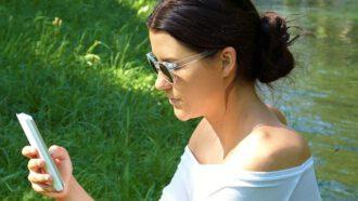 vrouw buiten met telefoon
