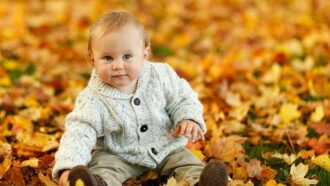 baby zit tussen herfstbladeren
