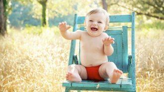 baby op stoel in gras